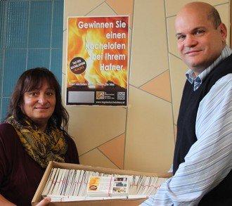 Karin Graf und Dr. Thomas Schiffert freuen sich über die schwere Kiste mit allen 4.095 Gewinnspiel-Karten, die vor der Ziehung noch mehrfach durchgemischt werden müssen.