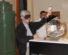 Verbandspräsident Prof. Wolfgang Kippes zog höchstselbst den Gewinnschein aus der Trommel.