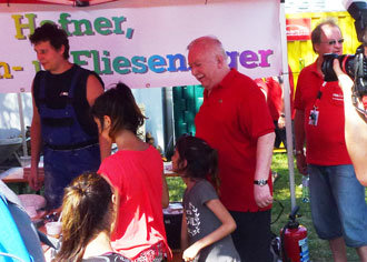 Bürgermeister Michael Häupl freute sich mit den Kindern über das Lustige Keramik-Basteln.