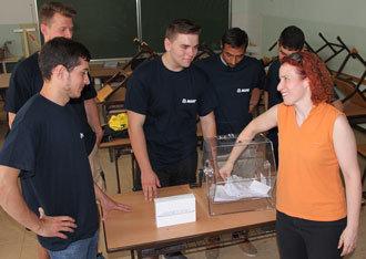 Schlussakt der Donauinselaktion war die Ziehung des Gewinners. Valerie Clark, die Gebärdendolmetscherin des taubstummen Lehrlings Arsen Navruzov, zog einen 15jährigen Fliesenleger-Interessenten, der sich jetzt über das iPad Mini freuen kann.