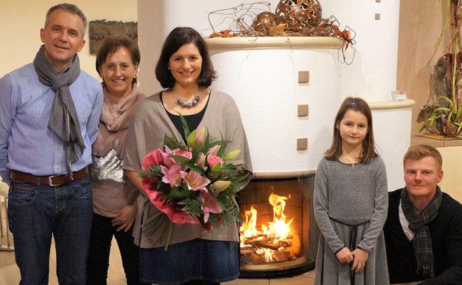 Franz und Roswitha Bürkl freuen sich für die Gewinnerfamilie Regina, Hannah und Robert Mayer.