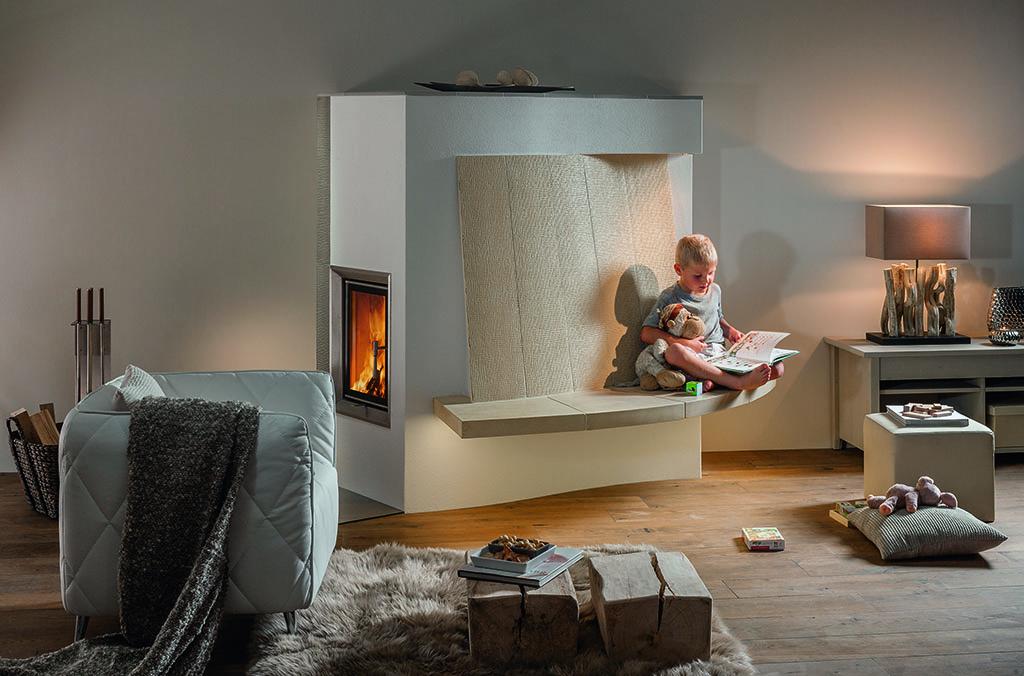 kachelofen verband kleiner bub sitzt am kachelofen sterreichischer kachelofenverband. Black Bedroom Furniture Sets. Home Design Ideas