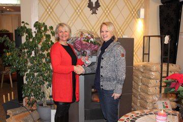 Hafnermeisterin Katharina Rabas gratuliert Erika Nyikos zum Gewinn.
