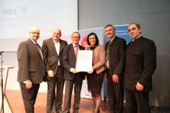 Übergabe an Ministerin Köstinger (c) Österr. Biomasseverband