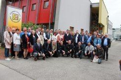 Große Gruppe: Die Delegierten vor dem Österreichischen Kachelofenverband.