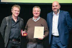 Besondere Ehre: Harald Müller und Thomas Schiffert überreichten Heinz Rothschädl die KOV-Ehrenmedaille.
