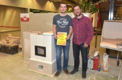 So sehen Sieger aus: Manuel Plazza mit seinem Betreuer Christoph Kiechl vor dem Gewinner-Ofen.